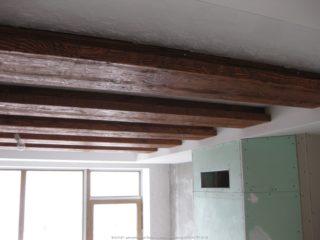 фальш балки с подсветкой в интерьере дома 011 - сложный деревянный профиль