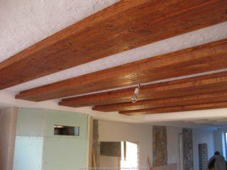 балки с подсветкой в интерьере дома 002 - сложный деревянный профиль