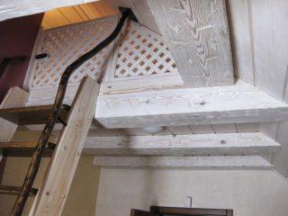 Фальш балки над лестницей