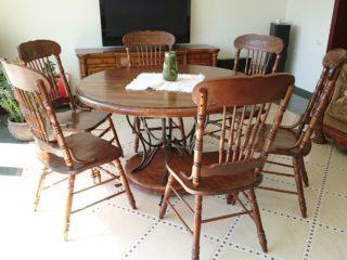 Круглый обеленный стол из массива