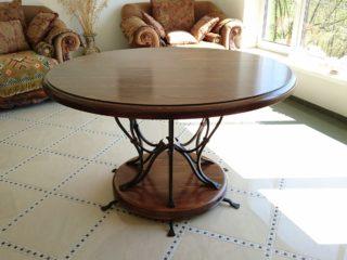 Круглый стол из массива с ковкой